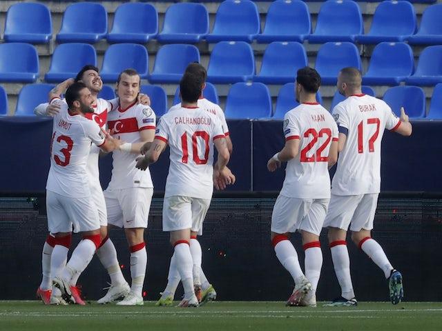 Türk Çağlar Soyuncu, 27 Mart 2021'de takım arkadaşları ile ikinci golünü atarak kutluyor