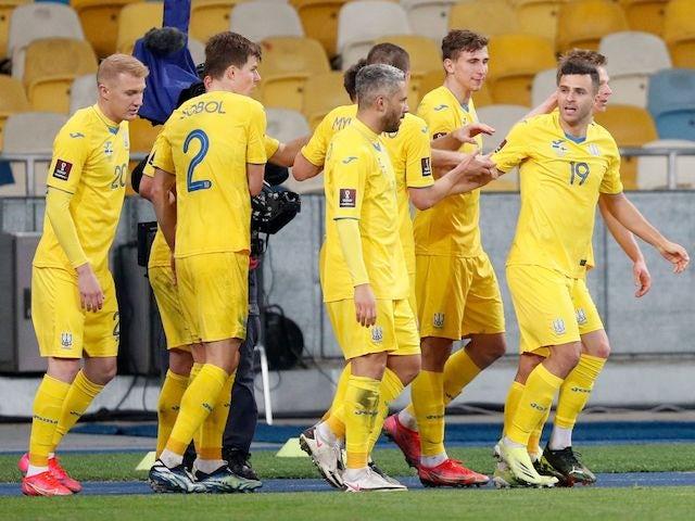 Джуніор Мораес з України святкує свій перший гол із товаришами по команді 28 березня 2021 року