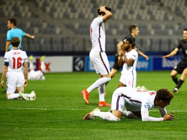 Los jugadores de Inglaterra Sub-21 lucen deprimidos después de que el croata Dumajuj Bradaric anotara un gol el 31 de marzo de 2020.