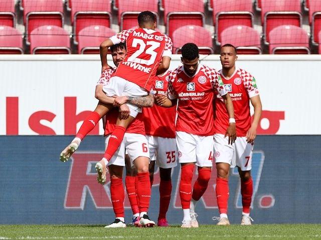 Mainz 05's Robin Quaison celebrates scoring their second goal with teammates on April 24, 2021