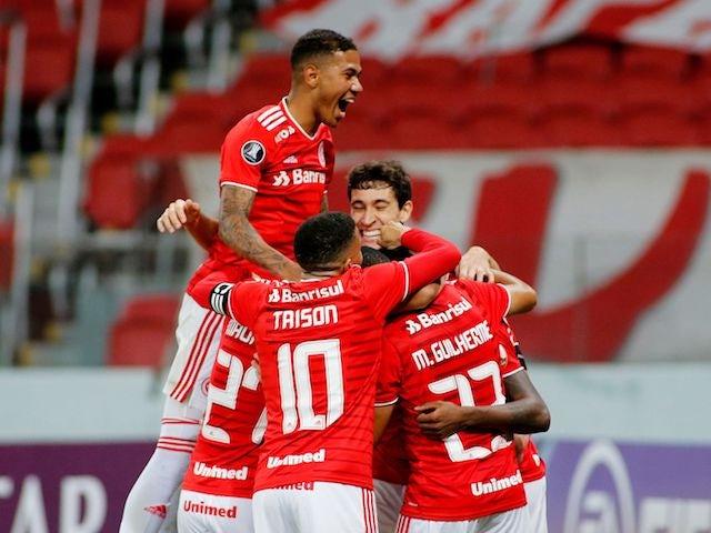 Edenelson do Internacional comemora seu segundo gol com seus companheiros em maio de 2021