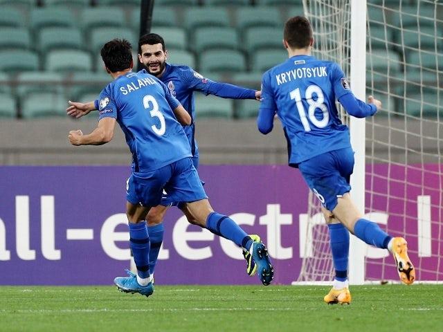 Azerbaycanlı Amin Makhmoudov 30 Mart 2021'de takım arkadaşlarıyla ilk golünü atarak kutluyor