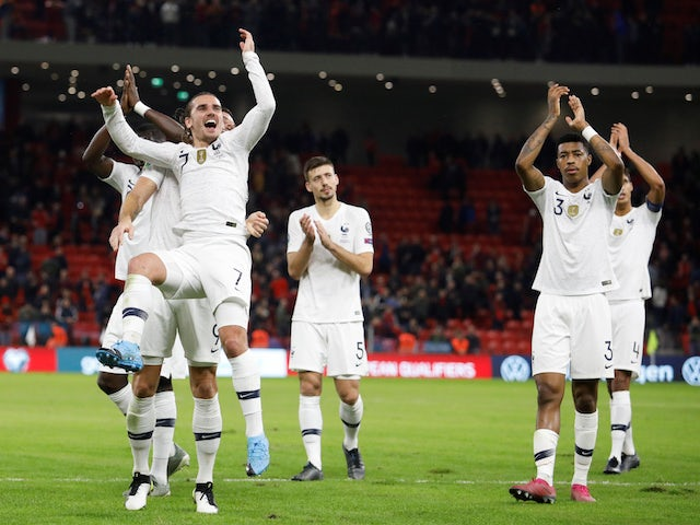 The Frenchman Antoine Griezmann celebrates the qualification for the finals of the Euro 2020 on November 17, 2019 with his teammates