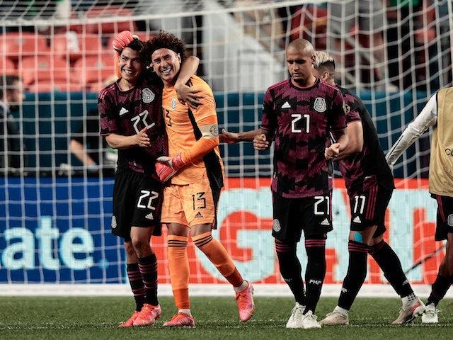 El arquero mexicano Guillermo Ochoa (13) celebra con el delantero Hirving Lozano (22), el defensa Luis Rodríguez (21) y el delantero Alan Pulido (11) tras vencer a Costa Rica en los penales durante las semifinales de la Liga de Naciones CONCACAF 2021.