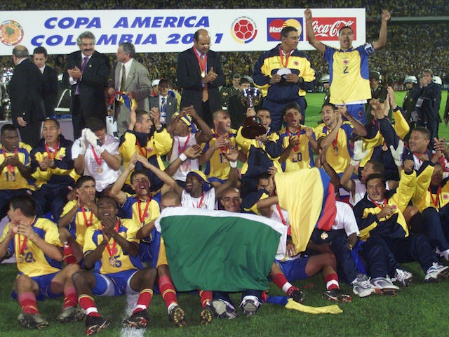 Los jugadores colombianos celebran su victoria de 2001 en la Copa América