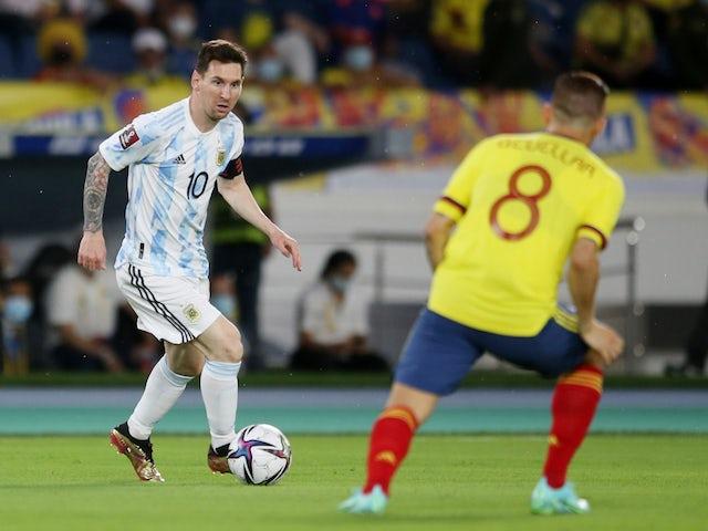 Lionel Messi de Argentina con Gustavo Guller de Colombia el 8 de junio de 2021