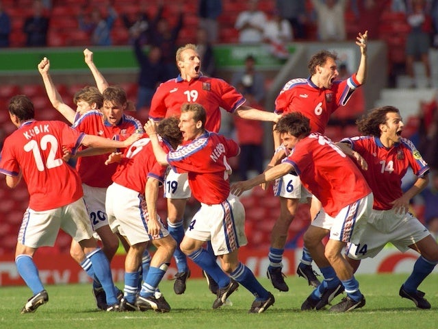 Czech Republic players celebrate qualifying for the final of Euro 96