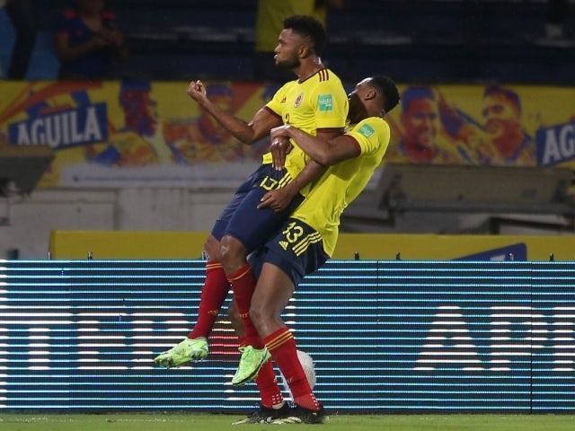 El colombiano Miguel Borja celebra su segundo gol con su compañero Jerry Mina el 9 de junio de 2021