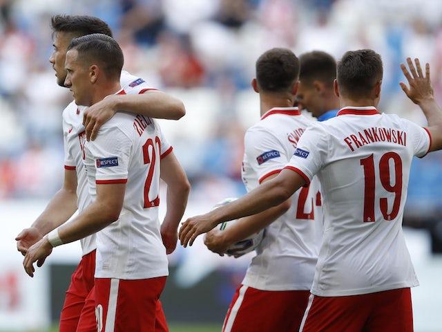 Polscy gracze świętują strzelenie gola przeciwko Islandii 8 czerwca 2021 r.