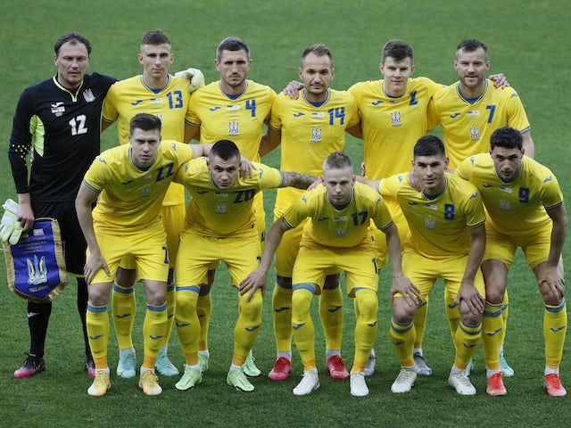 Гравці України стоять перед своїм матчем 7 червня 2021 року