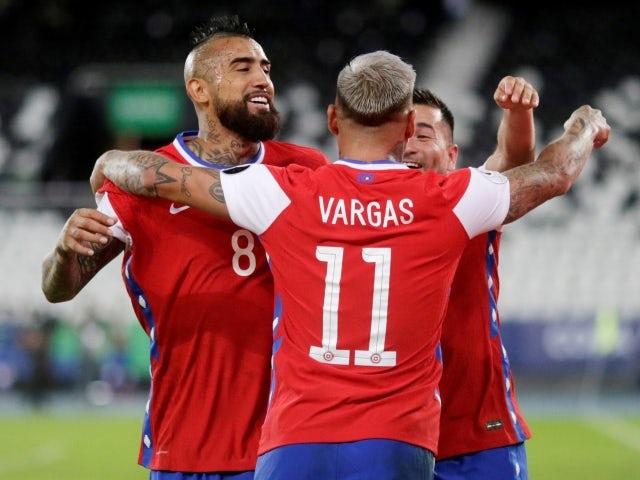 Eduardo Vargas de Chile celebra anotando su primer gol con sus compañeros el 14 de junio de 2021