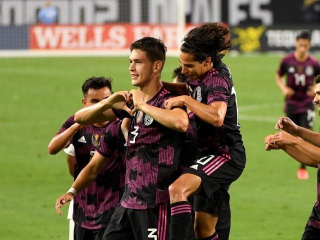 El defensa de México César Jesep Montes Castro celebró su gol el 1 de julio de 2021