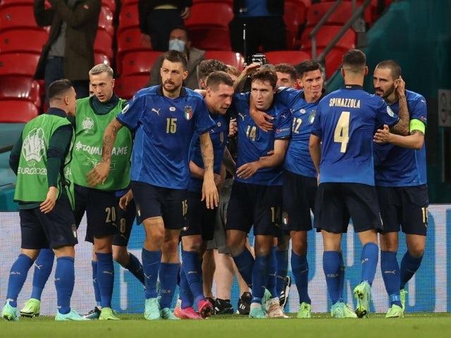 Italianul Federico Chiesa sărbătorește marcarea primului său gol cu colegii săi pe 26 iunie 2021