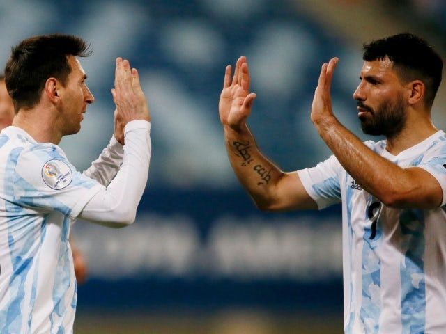 El argentino Lionel Messi celebra su segundo gol con su compañero Sergio Agüero el 29 de junio de 2021