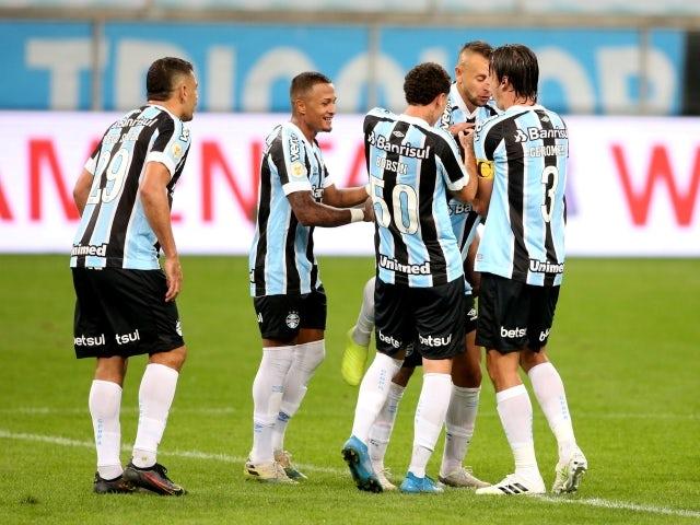 Matthews Henrique, do Grêmio, comemora o primeiro gol com os companheiros no dia 25 de junho de 2021