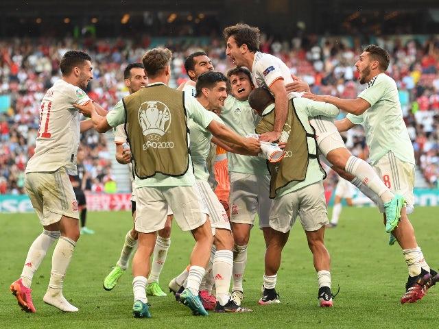 El español Michael O'Reilly celebra su quinto gol contra Croacia en la Eurocopa 2020 el 28 de junio de 2021.