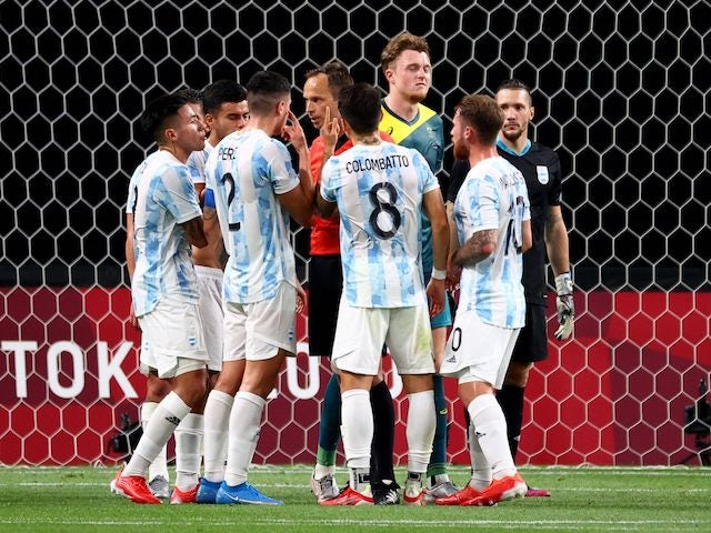 Patricio Perez of Argentina, Santiago Colombatto of Argentina and teammates remonstrate with the referee on July 22, 2021