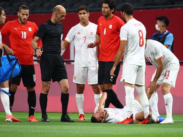 El español Oscar Mingoza respondió después de sufrir una lesión, ya que Ahmed Hegazy Al-Masry reaccionó junto con el árbitro Adham Makhdemah el 22 de julio de 2021.