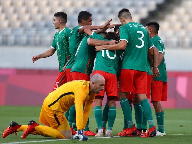 El mexicano Sebastián Córdova celebra su segundo gol con sus compañeros de equipo, mientras que el francés Paul Bernardoni luce frustrado el 22 de julio de 2021.