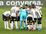 Corinthians players huddle before the match on August 1, 2021