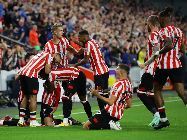 Sergi Canos celebrates scoring for Brentford against Arsenal in the Premier League on August 13, 2021