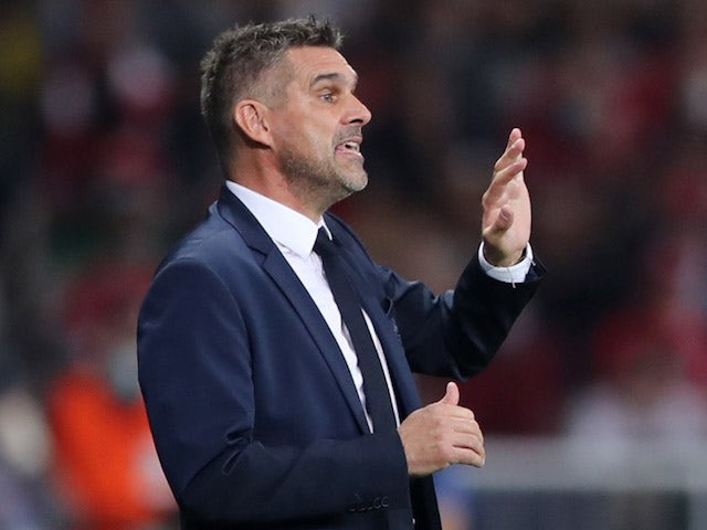 Lille coach Jocelyn Gourvennec gives instructions to his players on September 14, 2021