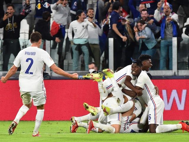 El francés Theo Hernandez celebra su tercer gol contra Bélgica en la UEFA Nations League el 7 de octubre de 2021